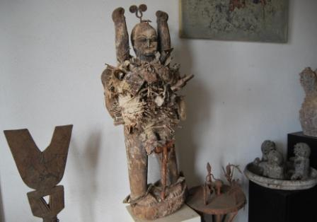 """Esempio di voodoo. Ho scattato questa foto in una galleria """"d'arte"""" a Lomè. Anche in Togo, gli Ewe praticano questi riti."""