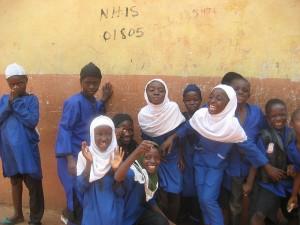Ragazzi in blu, studenti di religione musulmana in una scuola ad Accra. Di Jose Moya, su Flickr in licenza CC.