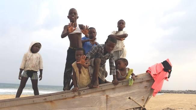 bambini sulla spiaggia a keta