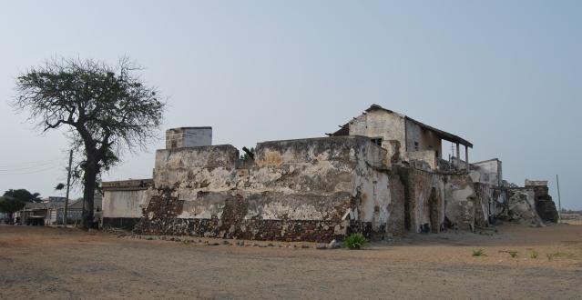 Foto del 1985 dell'autore Beth Knittle pubblicata su Flickr con licenza Creative Commons. L'immagine mostra la spiaggia e l'erosione dal Forte Prinzestein.